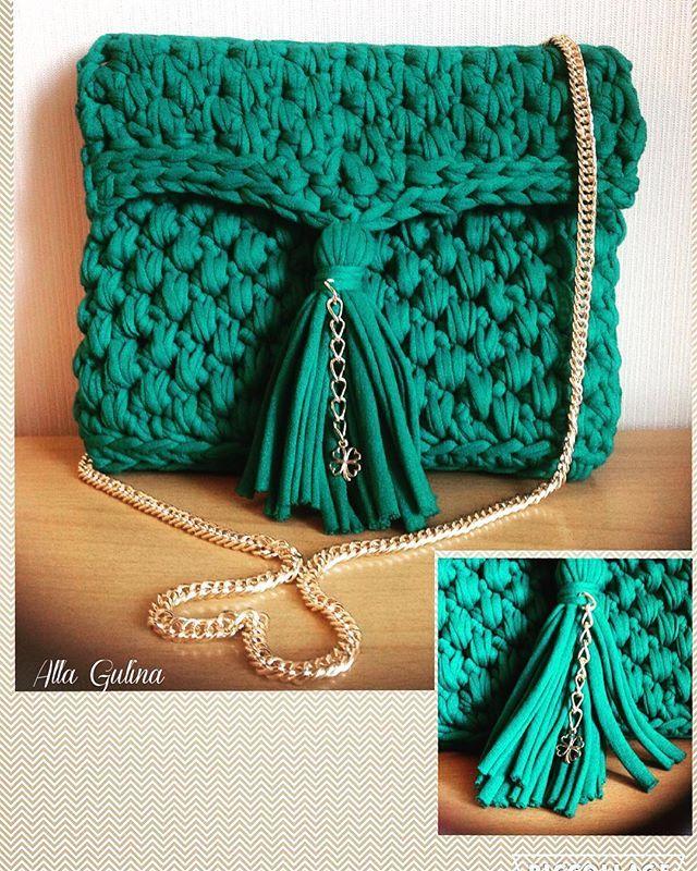 Вот такая сумочка изумрудного цвета получилась у меня сегодня. Выполнена на заказ. Возможен повтор в любом цвете. Размер сумочки 18*22 см. Подклад - хлопок. Длина цепочки 100см. Застегивается на кнопку. Цена 2200 р. #вяжутнетолькобабушкиноимамочки #вязаниеназаказ #модно #стильныйобраз #летниесумки #вязаныеаксессуары