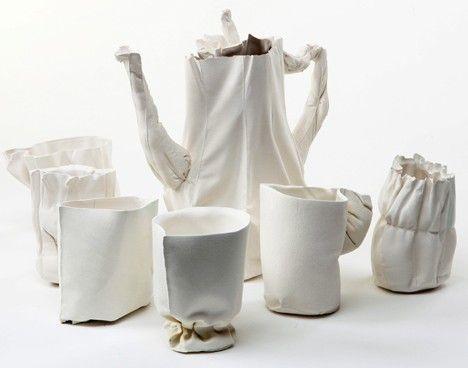 Mini-tutorial video su Vimeo della designer Rachel Boxnboim che mostra come crea magnifiche tazze e teiere in ceramica come quelle qui sopra a partire da stampi in stoffa. Ed è... magia.