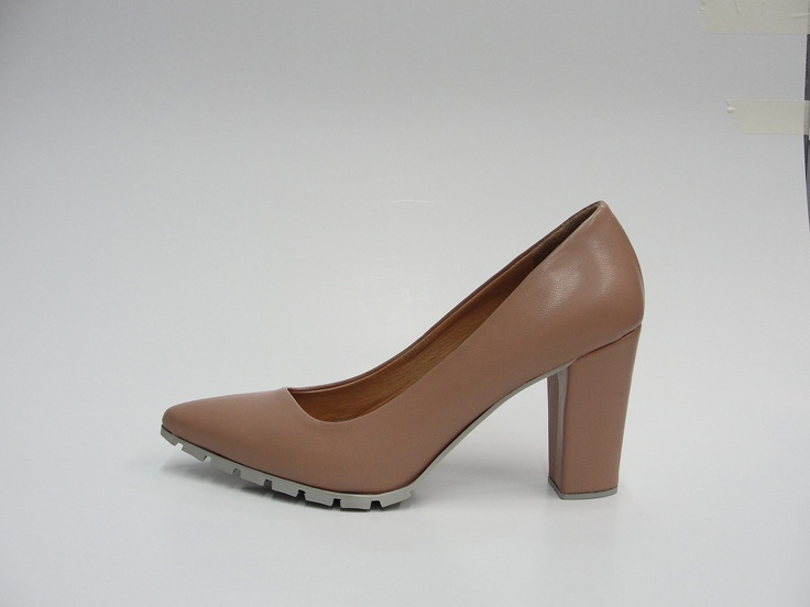leather pump.  8,5 cm block heel.  rubber sole.