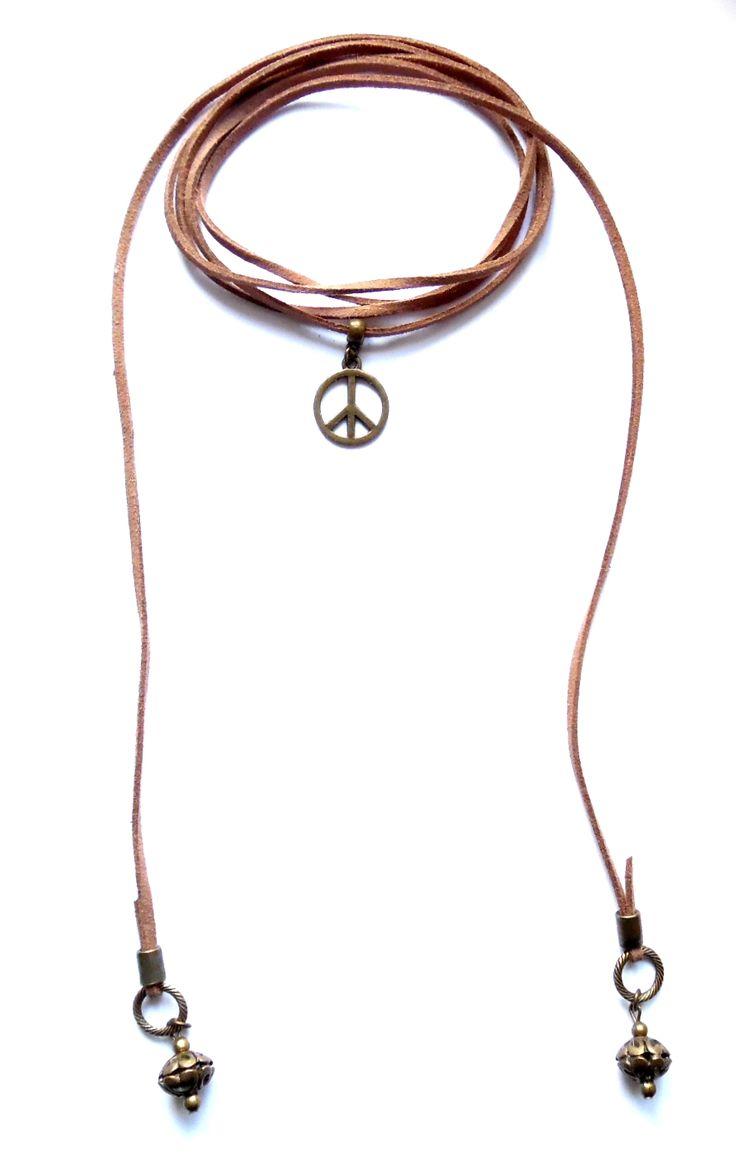 Wrap halsband i ljusbrun mocka med pärlor och peacetecken av brons. Halsbandet går att bära på flera sätt.  Längd: ca 150cm lång och passar att vira 1-2 varv