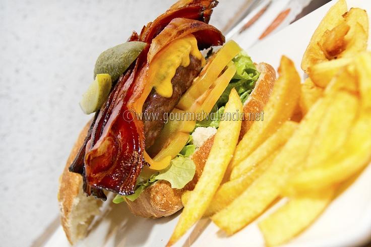 Espectacular y completa hamburguesa del restaurante Mediterránea de hamburguesas en Valencia