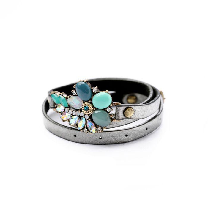 Bracelet en métal orné d'un pendentif cristaux. Un bracelet créateur…