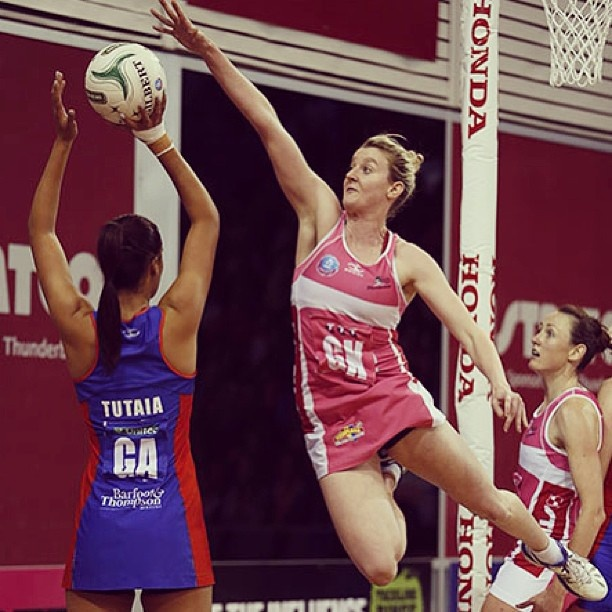 Photo of the Round: Thunderbirds Kate Shimmin jumps to defend Mystics Maria Tutaia #anzchampionship