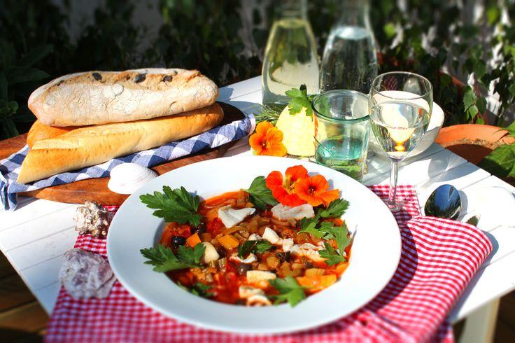 Gute-Laune-Bouillabaisse von Tobias  http://www.pinterest.com/tobiasberlin/ Zutaten: gelbe Paprika, Kirschtomaten, Kartoffeln, Stangen-Porree, Lauch, Gemüsezwiebeln, Fenchel, großblättrigen Petersilie, ein Bund Dill, Rosmarin, Thymian, Tomatenmark, schwarze Oliven, Pfefferkörner, Olivenöl, trockener Weisswein #gutelaunevitamix Fischfond Fischfilet/Meeresfrüchte