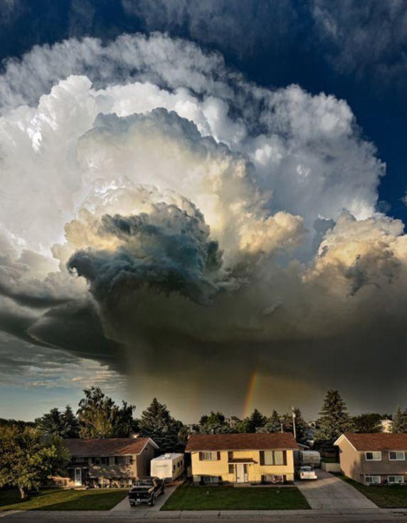 カナダで撮影された巨大な嵐雲と虹のコンボ