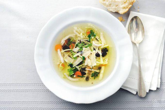 Stevige trek? Stevige soep! Met dit recept van kool, wortel, zwarte bonen en Parmezaanse kaas.