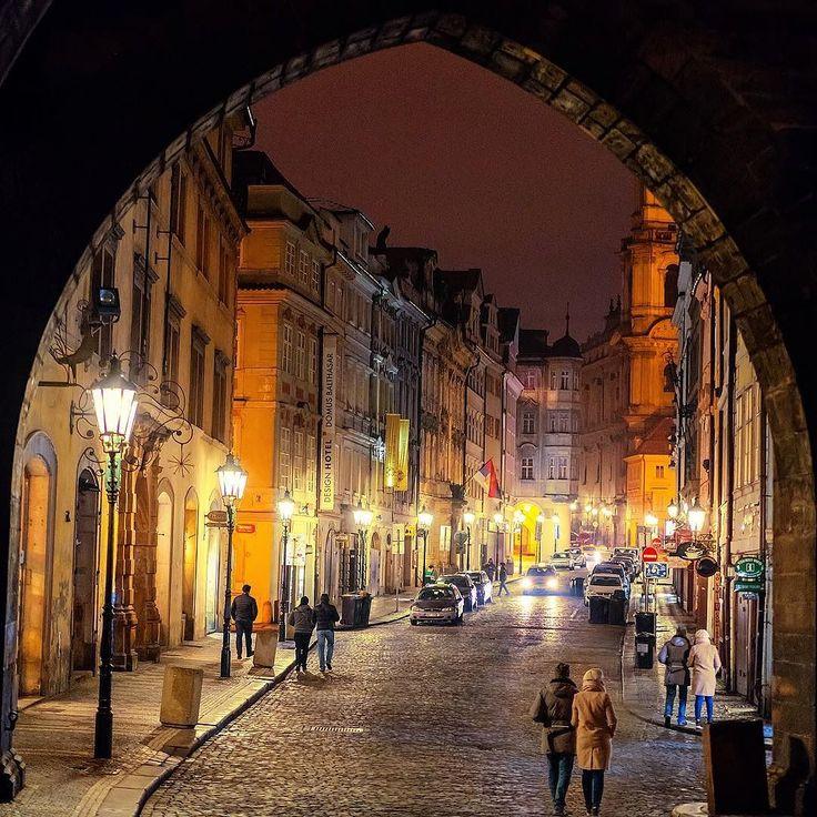 Pragda tarihin içinde yürümeye devam! Şehri 10 adımda keşfettiğimiz yolculuğun 5 ve 6. duraklarındayız.  St. VİTUS KATEDRALİ - Yapımına 1344 yılında başlanmasına rağmen veba ve savaş gibi nedenlerle ancak 1929da tamamlanmış olan muhteşem bir yapı. Avrupanın en eski ve en görkemli kiliseleri arasında yer alıyor. Yapımının çok uzun senelere yayılmasının sonucu olarak Neo-gotik Rönesans ve Barok özellikleri bir arada taşıyor. Katedrali gezmeye dış cephesindeki şeytan figürlerini inceleyerek…
