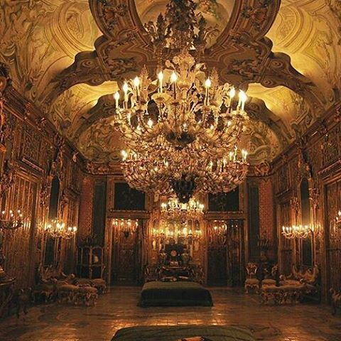 @Regrann from @versaillesadness_ -  A palace reveals its beauty at night when it's empty and when the ghosts of the past wander in their former home 🏛👑 . . #italy #palermo #sicilia #art #architecture #palace #palazzo #interiordesign #royal #versaillesadness #luxury #night #Regrann
