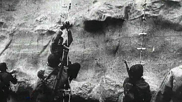 Escalade de la Pointe du Hoc par les rangers américains
