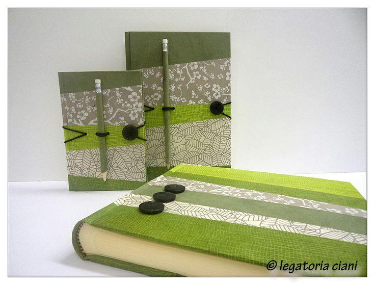 """Album e quaderni della linea Ti Và - realizzati con composizione di strisce di carta lokta vari colori. Ogni pezzo realizzato è """"unico""""."""