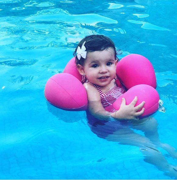 Seu filho não aceita coletes para usar na piscina? A almofada de piscina da BabyPil foi desenvolvida em formato ergonômico para ajudar o desenvolvimento motor da criança. Além de macia e confortável, deixa os braços mais livres para brincar!