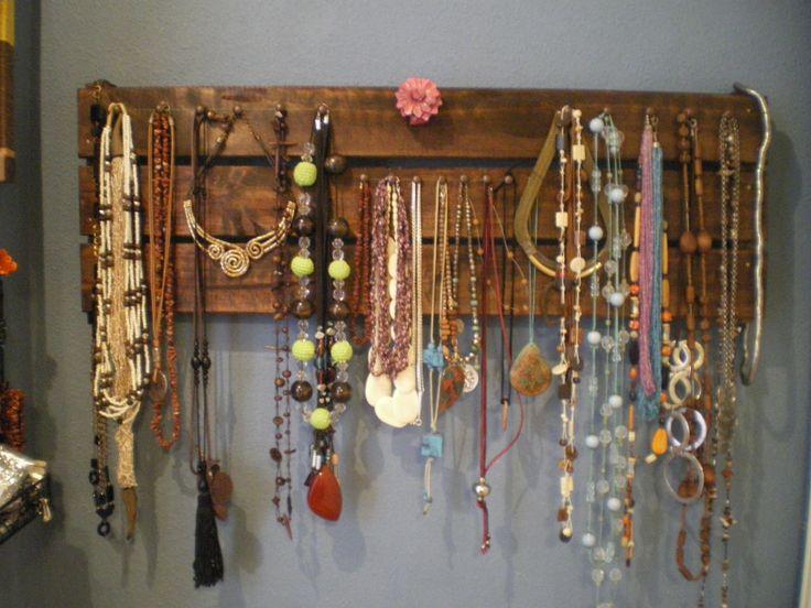 Organizador de collares con una tabla de una estanter a de - Estanteria de pino ...
