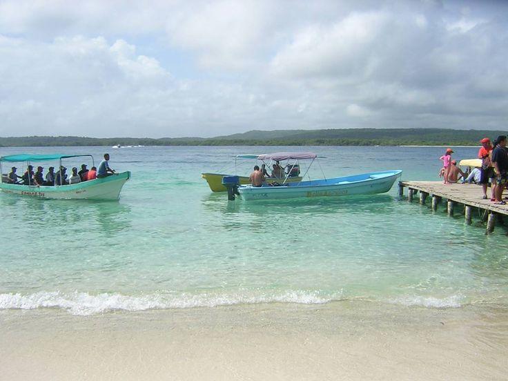 En Morrocoy hay muchas opciones de alojamiento. Puede ser en el pueblo de Tucacas, en Chichiriviche, en alguno de los pueblos cercanos o en el mismo parque nacional. Muchos de los hoteles y posadas incluyen el transporte a las islas.