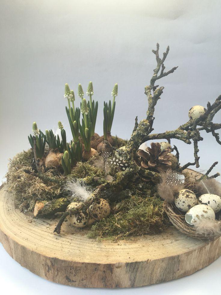 Bloemstuk op boomstamschijf
