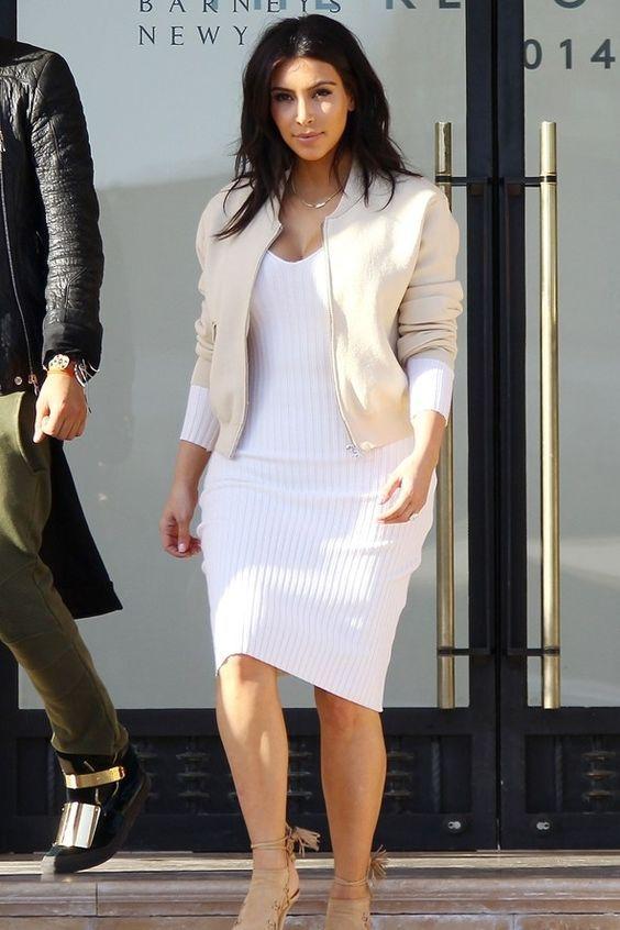 Os vestidos justos, aquele de malha canelada está super em alta! Confortável, moderno e peça favorita da Kim Kardashian, você pode montar looks casuais ou até mesmo super sensual com ele. COMO USAR: Como são justos, eles marcam todas as curvas do corpo, inclusive a calcinha! Por isso aposte em uma calcinha que não marque …