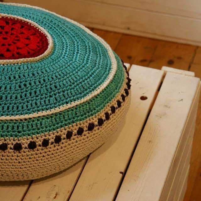 Crocheted pillow. Virkad kudde i turkost och rött. Med knappar bak så att den går att tvätta. #crochetpillows  #crochet  #virkadkudde  #veronicafransson  #studiomagenta #studiomagentaonfacebook #virka