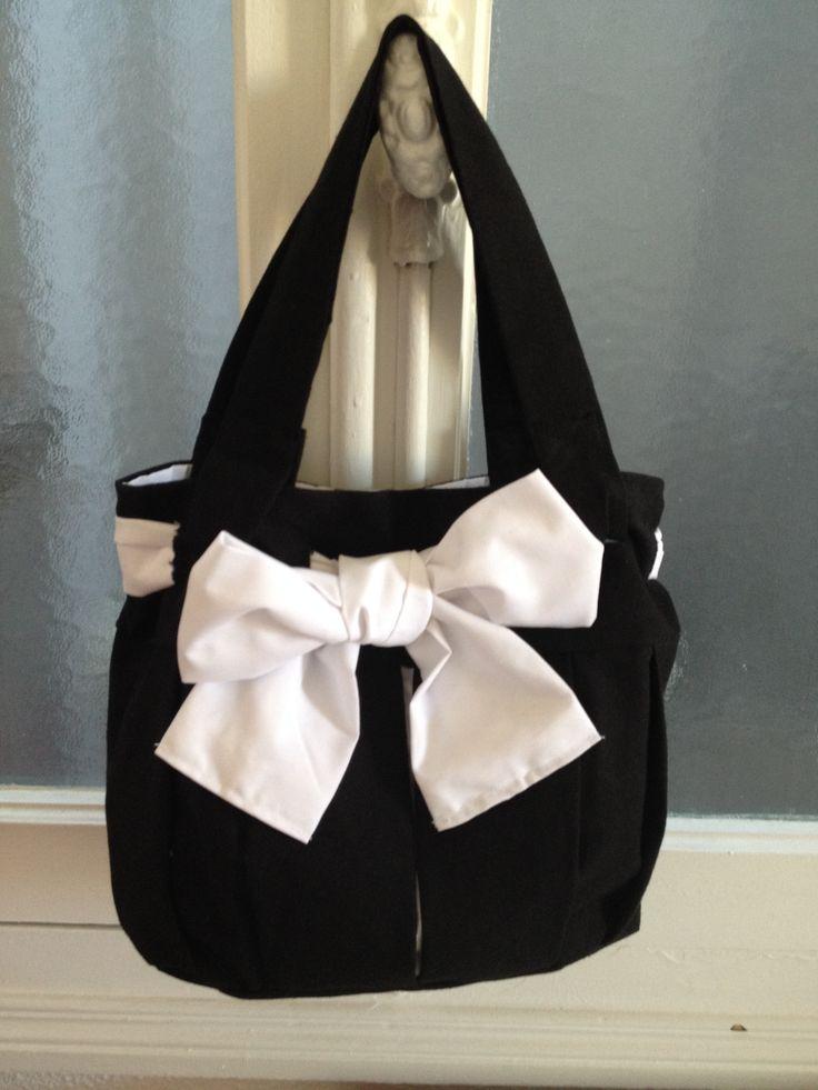 sac à main noir avec un gros noeud blanc