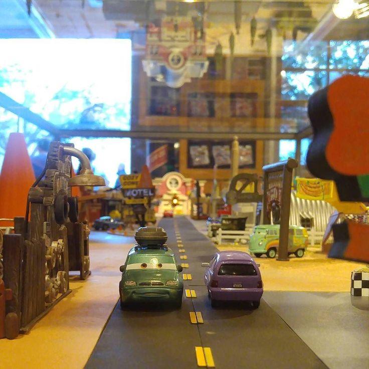 Миниатюрный городок машин #миниатюра #дисней #диснейленд #калифорния by katia_disney