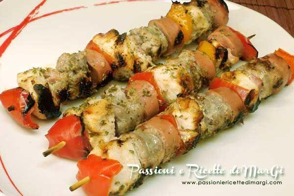 Spiedini di pollo e salsiccia con wurstel e peperoni