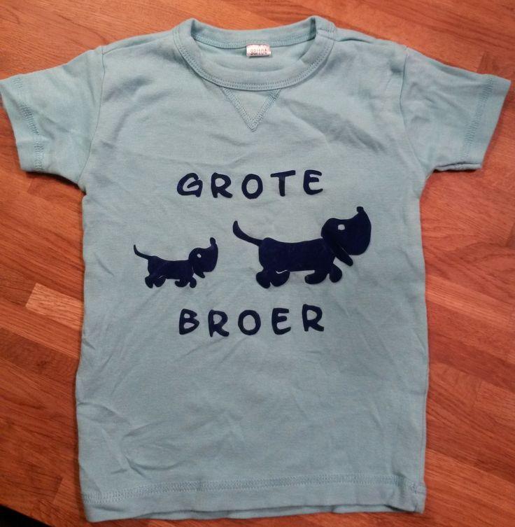 Shirt grote broer met klein en groot hondje in flock velours. Leuk om te geven als een kindje een zusje/broertje krijgt.