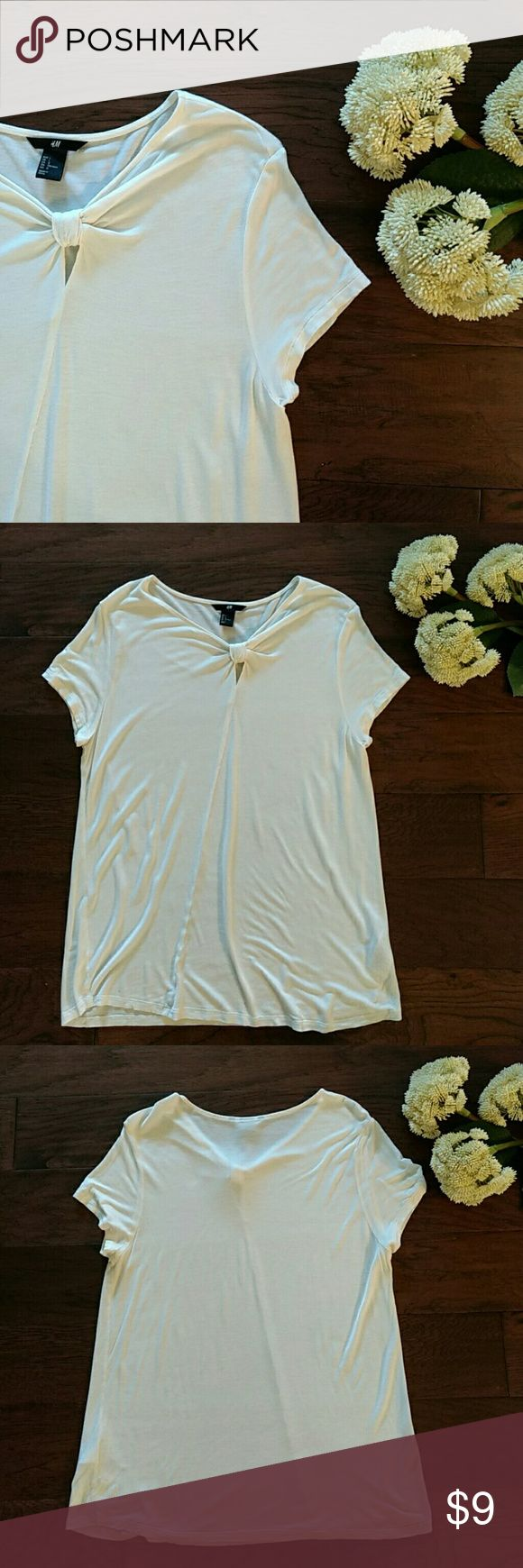 "H&M cream tee Lightweight flowing tee with front knot. In perfect condition. Pit to pit measurement is 38"". Top of the shoulder to the hem is 26"" H&M Tops Tees - Short Sleeve"