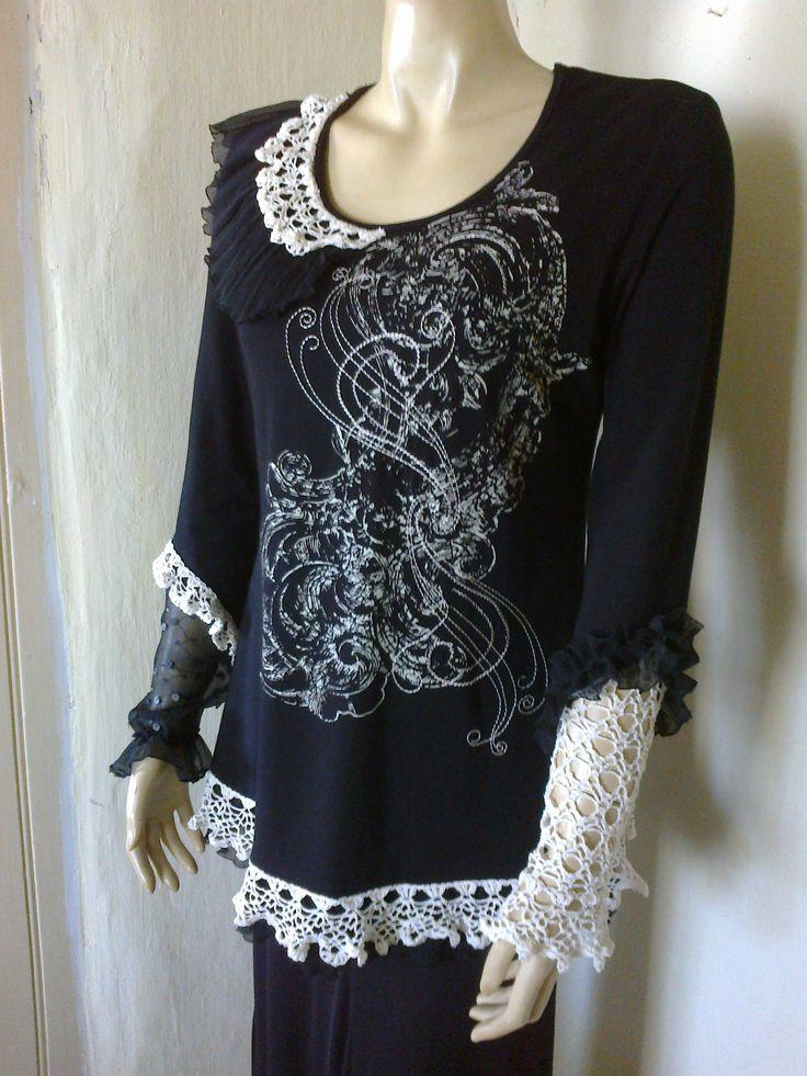 Fekete festett póló, hímzéssel, fodorral, horgolással. fűszerezve...........