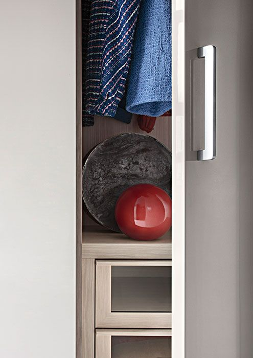 """LEMA   LISCIA, characterized by essential aesthetics, is the most versatile system in the collection of made-to-measure Wardrobes, thought for """"tailor-made"""" projects: it can be adapted in height, width and depth, and it is also available for corner solutions and ending columns."""