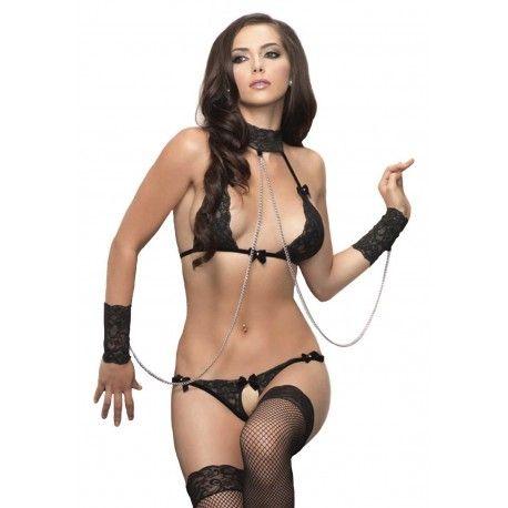 Completo intimo bondage in pizzo nero. Il reggiseno a triangolo è realizzato in provocante pizzo nero. Le coppe si uniscono al collare girocollo coordinato tramite delle fettucce in velluto. In perfetto stile bondage, al collarino si abbinano due polsini in pizzo nero elasticizzato, collegati tramite catene argentate. Perizoma ouvert incluso. Calze escluse. #lingerie #bdsmm #intimoerotico #intimodonna #donnasexy #sexy