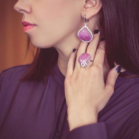 О да! Скажете вы, глядя на этот комплект. Он действительно великолепен. Фиолетовый💜, такой мистический и загадочный придает энергии и оптимизма. В этом серебряном комплекте удачно сплелись природные мотивы, таинственность и роскошь. . . #kazka #kazkajewelry #jewelry #kazkajewelry_украшения #vscojewelry