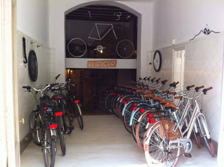 El Ciclo... es una tienda de bicicletas recién inaugurada en una de las pequeñas calles del barrio Gótico. El local no pasa desapercibido porque las puertas siempre están abiertas de par en par, mostrando su amplia selección de bicis, y además cuentan con un escaparate en el que exhiben con mucho mimo sus últimas adquisiciones. Aquí encontrarás bicicletas de paseo, con cesta y sin ella, longriders, bicis eléctricas, reclinadas y algunas otras rarezas.