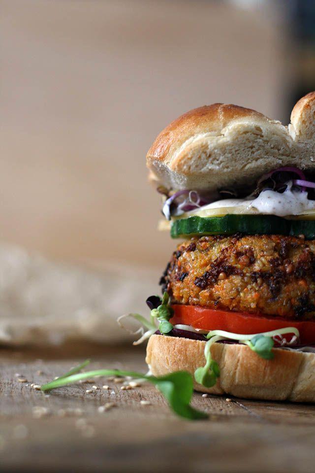Vegetarische wortelburger met kikkererwten, sesam en havermout. Lekker met je favoriete toppings!