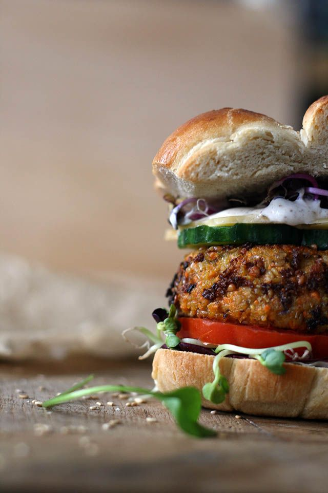 Veggie carrot burger with chickpeas and tahini / Wortelburger met kikkererwten, sesam en havermout