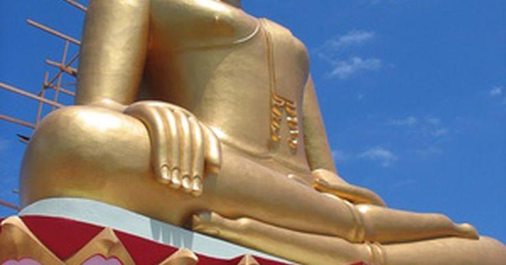 Budismo: significado de la flor de loto. En el budismo, la flor de loto es uno de los ocho Ashtamangala o símbolos auspiciosos, los signos de la suerte que aparecen frecuentemente en imágenes budistas. El budismo hace hincapié en sentirse desprendido por el mundo material, siguiendo los pasos del Bodhisattva iluminado. El loto representa este desapego, es un símbolo de la pureza, una ...