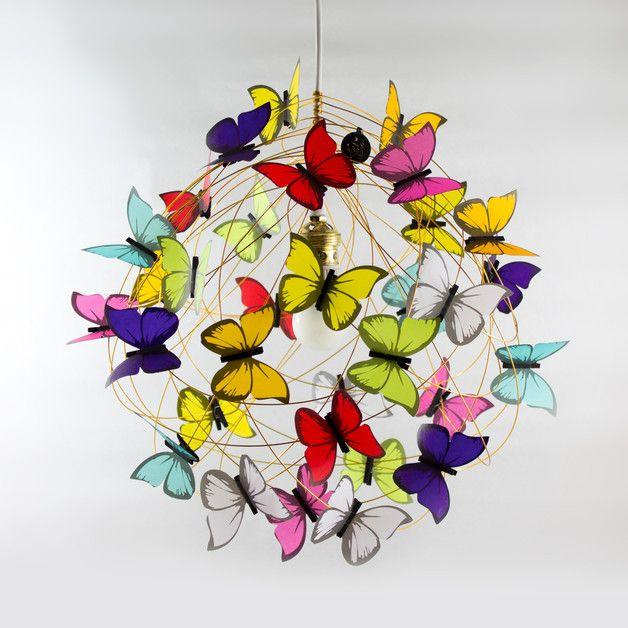 Propierties: Opknoping lamp gemaakt van wit netsnoer, goud aluminiumdraad, gouden lamphouder en het plafond roos in de witte kleur en veelkleurige vlinders gemaakt van de Franse plantaardige...