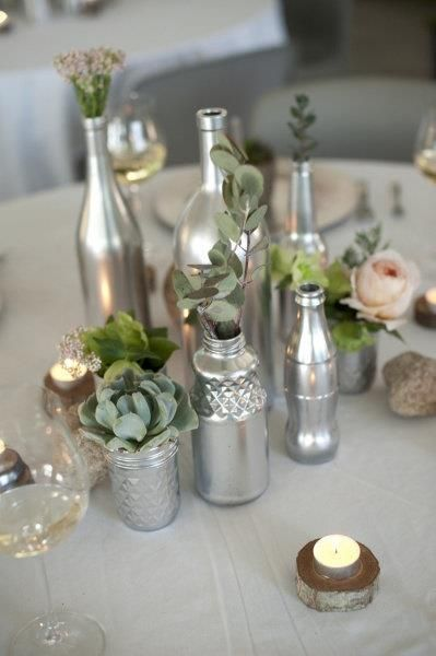 "Para reutilizar potinhos e garrafas de vidro, deixando-os mais ""estilosos""...  Simples: Tinta spray prata!"