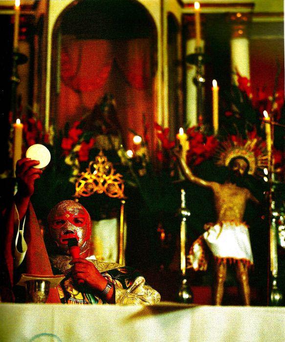 luchalibremexicana: Fray Tormenta dando misa. 暴風神父フライ・トルメンタ。「タイガーマスク」や「ナチョ・リブレ」などのモデルになった、ファイトマネーで孤児院を運営していた闘う神父。