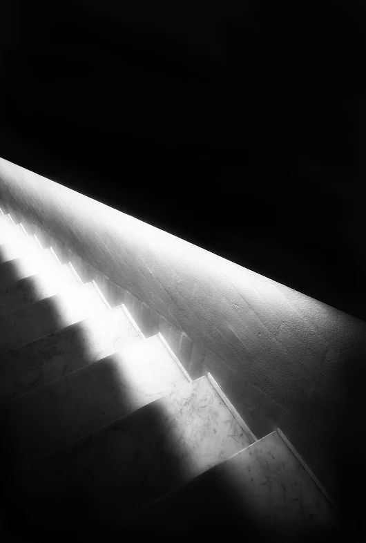 Dans la nuit de cette structure s'exprime aussi la lumière profonde.