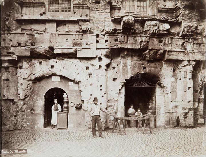 Foto storiche di Roma - Botteghe al Teatro di Marcello