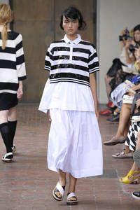 I'm Isola Marras – Die Themen, Farben und Formen des italienischen Fashionsommers stehen fest. Über 60 Designer zeigten bei der Mailänder Modewoche ihre Kreationen. Welche Trends der Südwind in der kommenden Sommer-Saison zu uns tragen wird, sehen Sie hier