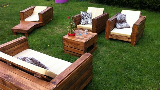 cr er du mobilier de jardin avec des palettes en bois palettes cagettes bobines. Black Bedroom Furniture Sets. Home Design Ideas