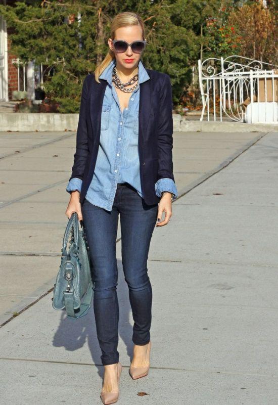 Джинсовая рубашка, темные джинсы, синий кардиган, зеленая сумка, бежевые туфли