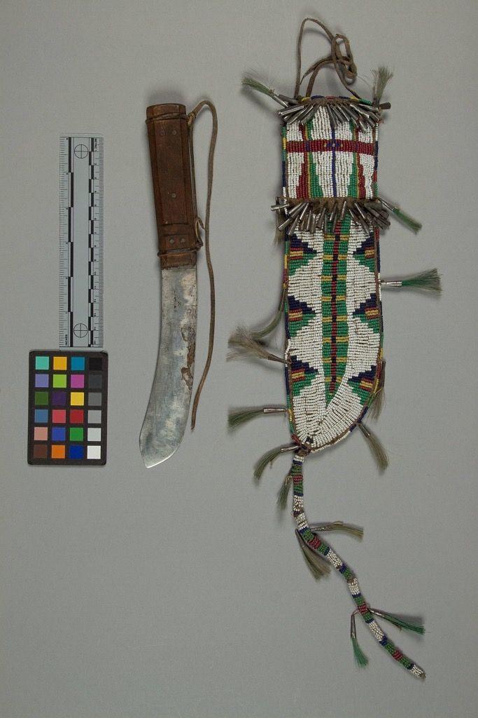 Ножны, Сиу (Мдевакантон?). А. Размеры: длина 26 -47 см, ширина 4 - 8 см. Кроу Крик, Южная Дакота. Коллекция Emile Granier, 1898 год. NMNH.