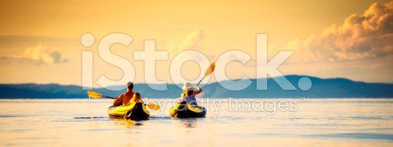 Family Sea Kayaking at Sunset – lizenzfreie Stock-Fotografie