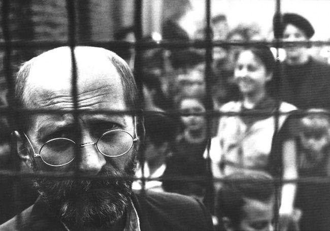 Januzs Korczak bol výnimočný človek. Bol uznávaný detský lekár, psychológ, spisovateľ. Založil sirotinec, kde sa staral asi o 200 židovských detí, s ktorými nakoniec v plynovej komore i zomrel.