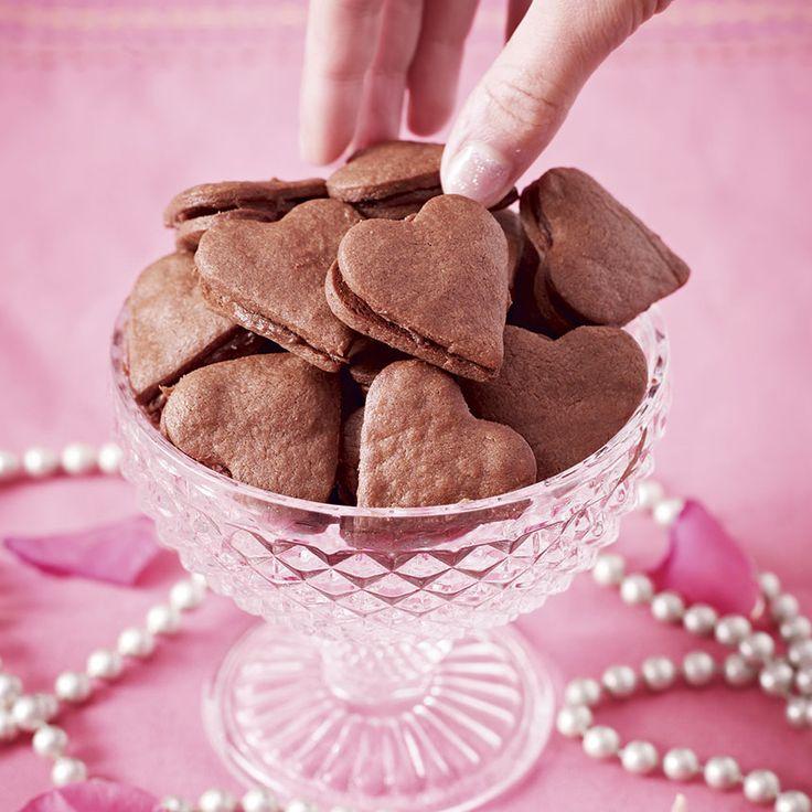 Små läckra chokladhjärtan. Fyllningen med chokladgrädde sätter guldkant kakorna.