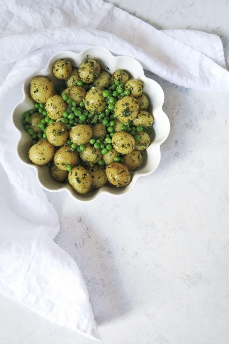 En lun kartoffelsalat med persillevinaigrette og grønne ærter - perfekt som tilbehør til grillet kød