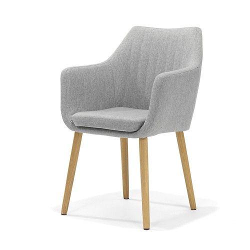 Noah is een grijze eetkamerstoel wat kan dienen als fauteuil of armstoel met armleuningen. De stoel is comfortabel, grijze bekleding en eiken houten poten.