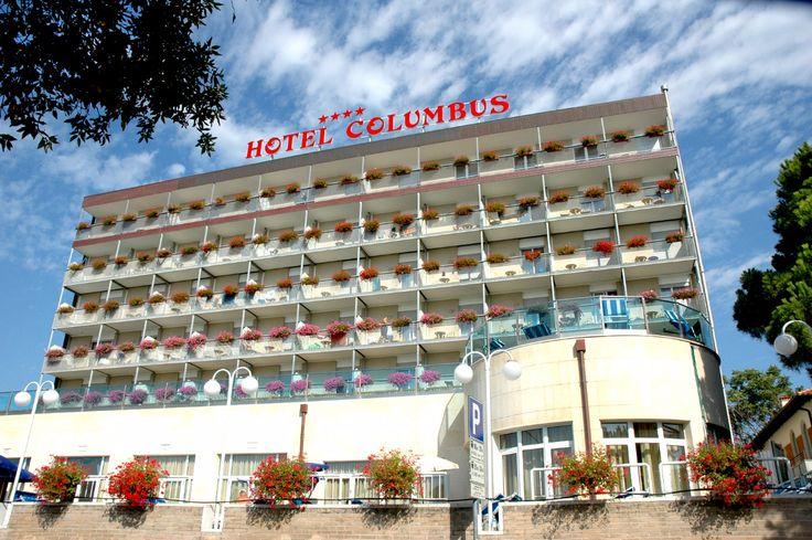 Urlaub mit Hund in Italien Adria Meer Das Hotel Columbus ist in einer wunderschsönen zentralen, jedoch ruhigen Lage, direkt am Strand von Lignano Sabbiadoro in unmittelbarer Nähe der &qout;Terrazza a Mare&qout;, Symbol dieses außerordentlichen Badeortes an der Oberadria, gelegen. Das Hotel ist in einem modernen und besonders eleganten Gebäude…