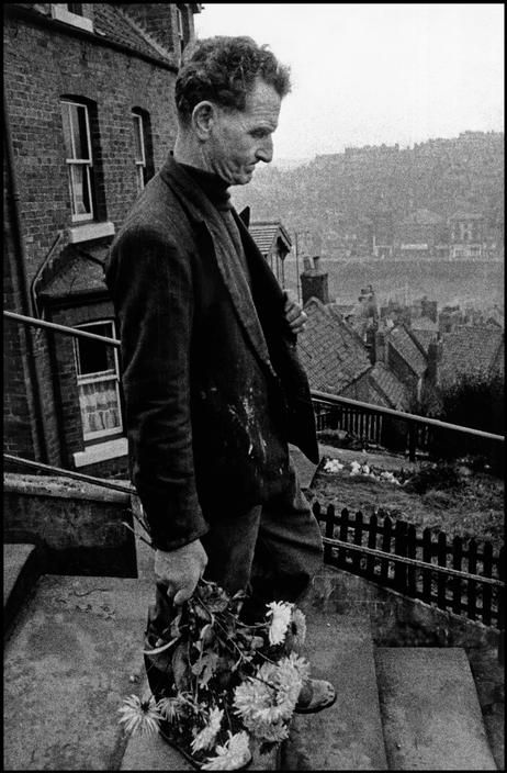 Bruce Davidson, Man carrying flowers, England & Scotland portfolio, UK, 1960. © Bruce Davidson/Magnum Photos.