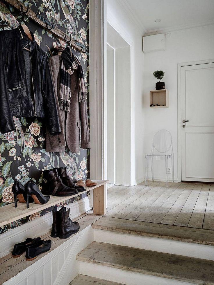 Les briques blanchies et un fort contraste avec ces objets suspendus et le…